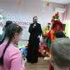 Клирик храма выступил на детском празднике в социальном центре